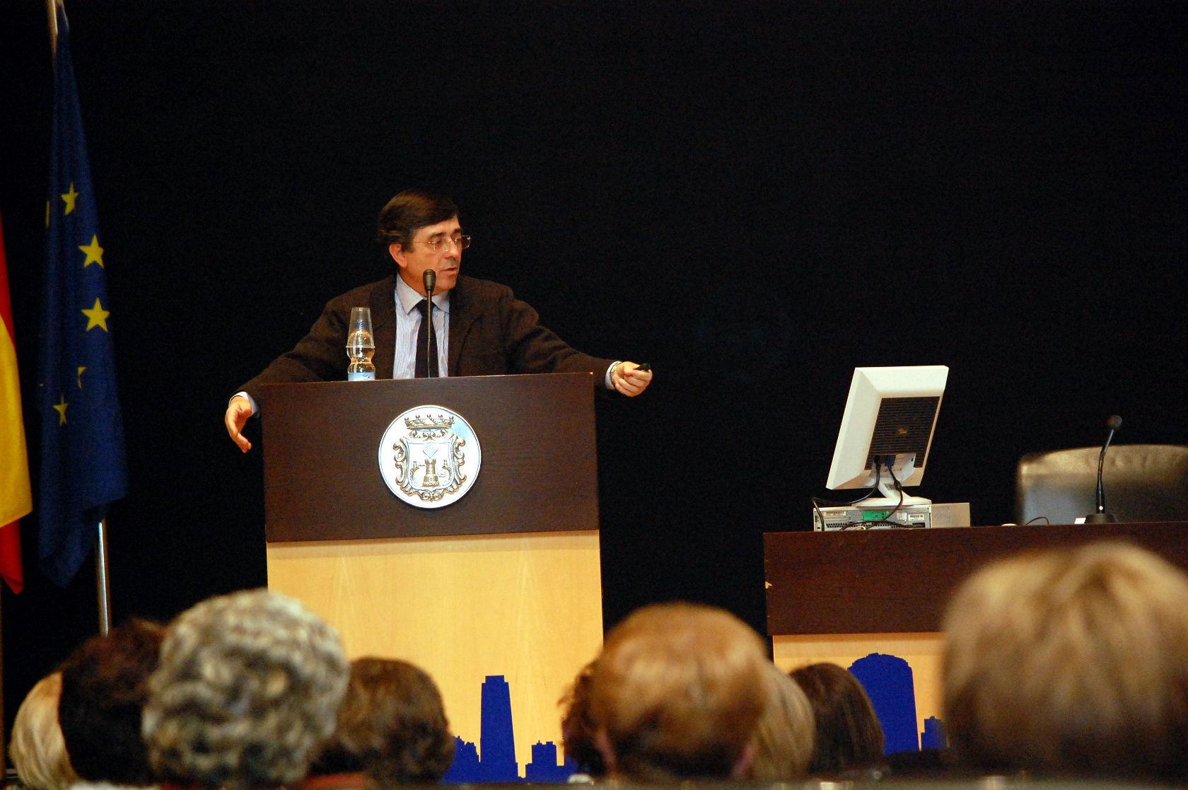 Conferencia sobre reumatología en el salón de actos del Ayuntamiento de Benidorm